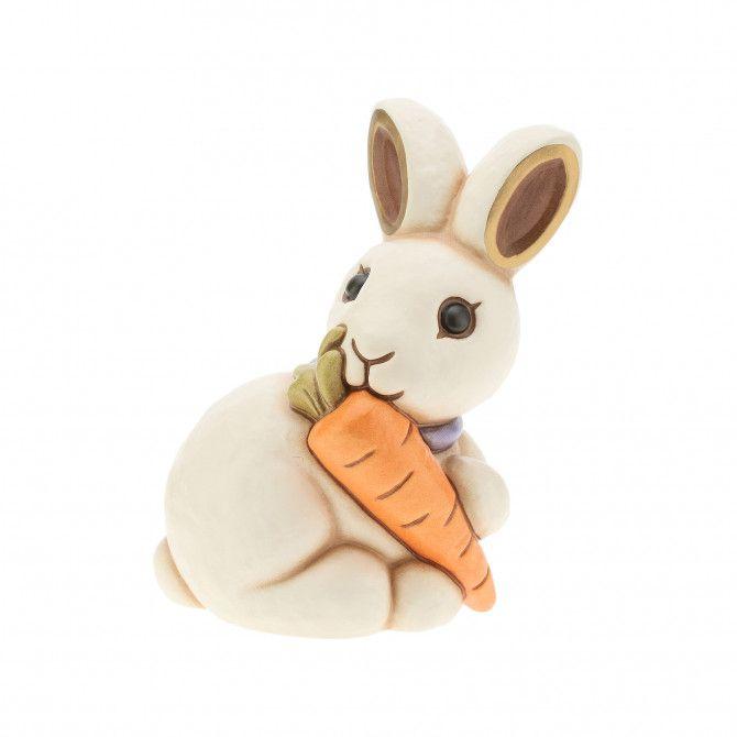 Un dolcissimo coniglio è il nuovo protagonista del mondo animale THUN! Con l'allegra carota arancione porta gioia e tenerezza, diventa un dono unico e un prezioso decoro per adornare la tua casa.