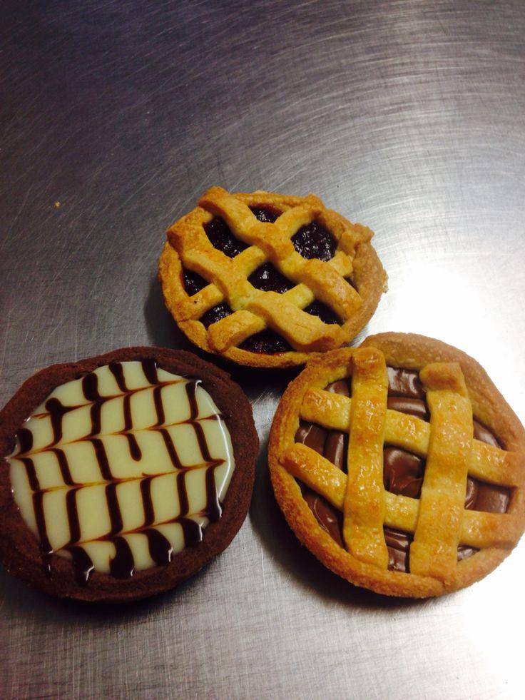 Crostatine crema al cioccolato, crostatine con marmellata di lamponi e crostatine con marmellata ai frutti di bosco con ganache al cioccolato bianco