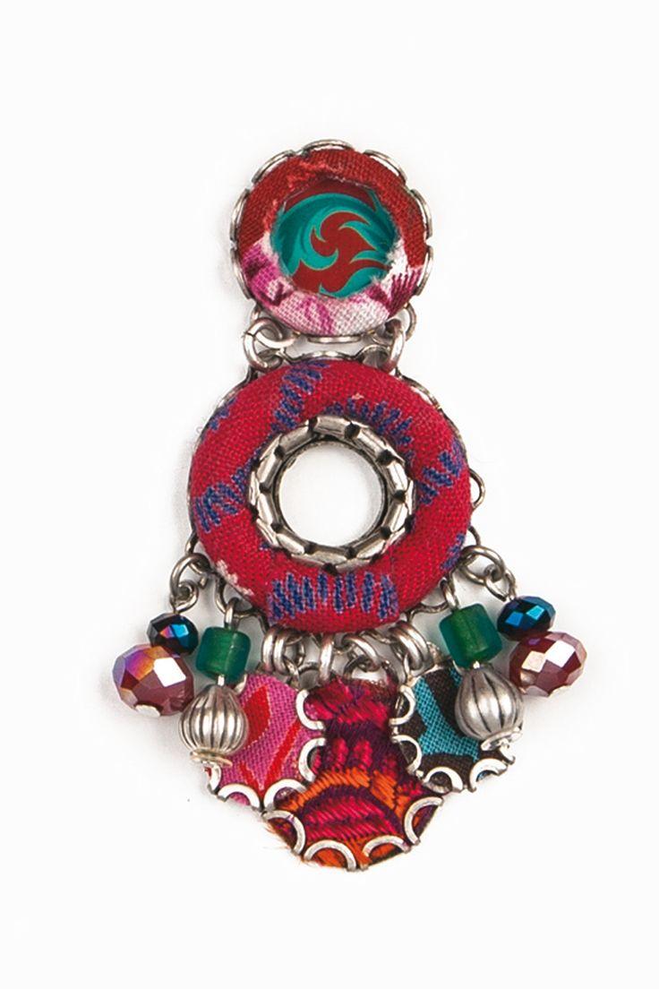 """Chandelier e altri modelli di orecchini, sautoir e girocolli meno importanti, bracciali """"a spirale"""". Tanti monili colorati realizzati con t..."""