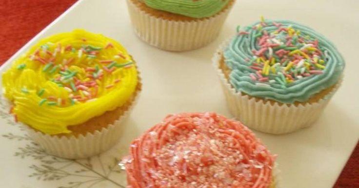 Εξαιρετική συνταγή για Cupcakes τα Χαρούμενα Κεκάκια. Εύκολα, πολύχρωμα και γευστικά, ό,που τα πηγαίνω για δώρο κάνουν πάταγο! Λίγα μυστικά ακόμα Άλλες παραλλαγές για το buttercream1 κ.σ. κακάο διαλυμένο σε 1 κ.σ. καυτο νερό ή 2 κ.γλ. στιγμιάιο καφέ διαλυμένο σε 1 κ.γλ. καυτό νερό ή 2 κ.γλ. τρίμμα λεμονιού ή πορτοκαλιού