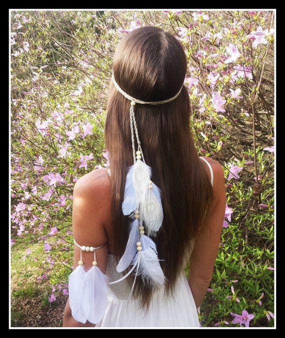 Superbe style amérindien Bandeau de mariage plume blanche -----------------------------------------------------------  Drapé élégant plumes blanches vers le bas dun bandeau de daim faux tissé beige tressé Orné de perles en bois blanc. Plumes comprennent paon, autruche et OIE.  Il peut être enroulé une ou deux fois autour de votre tête pour plusieurs styles Très flatteur avec de longs cheveux   Jai mis une perle réglable sur ce bandeau de sorte que vous navez pas à nouer sur elle et risquer…