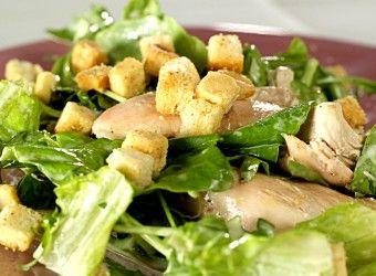 Kyllingsalat med brødkrutonger | Fru Timian
