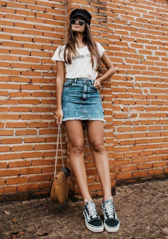 O que as fashion girls brasileiras andam usando na primavera. O combo: t-shirt branca + saia jeans + tênis é uma das apostas mais certeiras da estação, pois agrega conforto, estilo e praticidade em um só look, sem contar que super funciona naqueles momentos em que as temperaturas estão nas alturas. Para acrescentar um toque de informação fashion, vale fazer como Viih Rocha e finalizar tudo com uma boina cool.