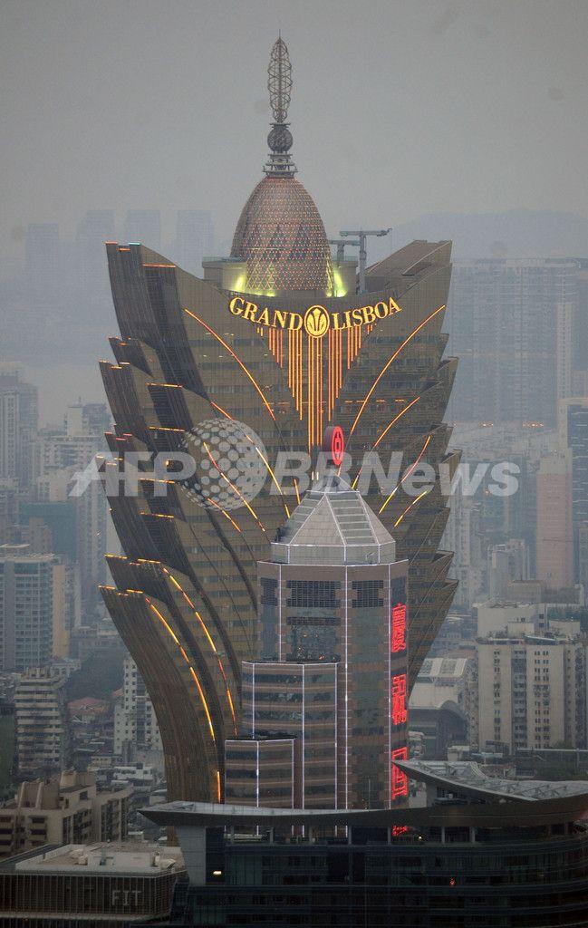 写真は、中国返還から10年を迎えたマカオで、祝賀気分で盛り上がる中心部のカジノホテル、グランドリスボア(Lisboa Grand、2009年12月20日撮影)。(c)AFP/ED JONES ▼21Dec2009AFP|マカオ、中国返還から10周年 民主化要求デモも http://www.afpbb.com/articles/-/2677117 #Macau #Macau_Establishment_Day #Estabelecimento_de_Macau #Macau_handover #Macau_e_devolvida_a_China #Grand_Lisboa