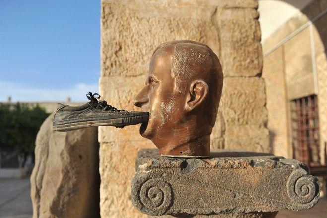 周三,叙利亚伊德利卜省的玛瑞特阿尔纽曼(Maaret al-Numan)博物馆,一只鞋子被粘在已故叙利亚总统哈菲兹·阿萨德(Hafez al-Assad)的雕像的嘴上