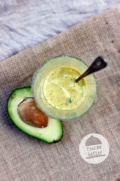 DRESSING Z AWOKADO przepis na około 3 porcje 1/2 awokado 1 zółtko oliwa z oliwek (kilka łyżek) 3 łyżki wody 1 ząbek czosnku łyżka listków szałwii odrobina soku z cytryny sól morska świeżo mielony pieprz