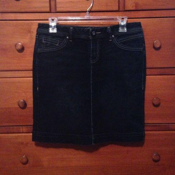 Tommy Hilfiger sz 4 blue jean skirt Tommy Hilfiger sz 4 blue jean skirt. Cotton/Lycra blend. Machine washable. Falls above the knee. Tommy Hilfiger Skirts Mini