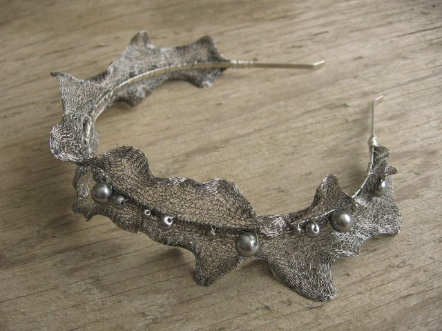 Čelenka - Luna Čelenka je vyrobena z netradičního materiálu - drátované dutinky (wire mesh). Kostra čelenky kovová, šířka 3 mm. Drátovaná dutinka černostříbrné barvy je doplněna stříbrnými voskovanými perličkami ve třech velikostech. Průměr čelenky 12 cm, max. š roztažené dutinky 5 cm - lze ji ještě upravovavat dle Vašich potřeb. Mohu udělat čelenku i v jiných ...