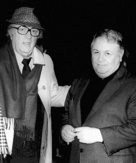 Το 1983 ο Μάνος μαζί με το γιo του Γιώργο ταξίδεψαν μαζί στη Ρώμη για να επισκεφτούν τα στούντιο της Τσινετσιτά καλεσμένοι του Fellini, ο οποίος εκείνη την εποχή γύριζε την ταινία «Και το πλοίο φεύγει». Τους ξενάγησε ο ίδιος με το αυτοκίνητό του στη δική του «αιώνια πόλη»