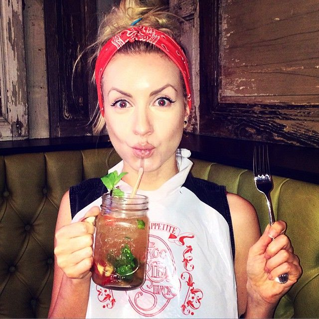 @zoemcconnell  Dinner time @chicagoribshack wearing a bib #happy #ribshackmates #ribs #burger #pickles #manslaw #bib #cocktails #chicagoribshack