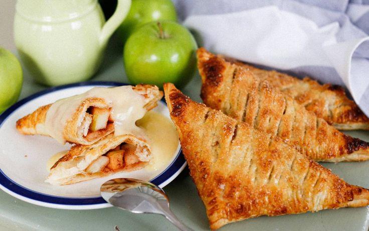 Enkla smördegspiroger fyllda med äpplen och kanel som du snor ihop på nolltid!