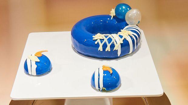 Macadamia-Cookie Boden vereint mit luftiger bayrisch Creme in glänzender Optik - Katz' Torte ist ein kleines Meisterwerk.