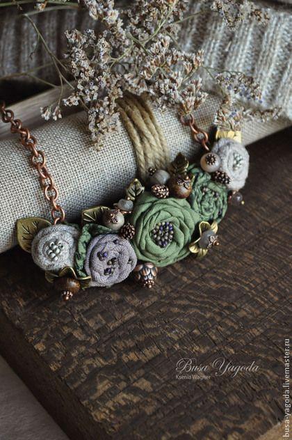 Купить или заказать Колье ручной работы 'Заколдованный лес' в интернет-магазине на Ярмарке Мастеров. Маленькое, очень изящное и женственное колье. Основные цвета здесь зелёный, серо-коричневый, светло-серый. Создано из хлопковых цветов, расшитых бисером. Украшено множеством маленьких деталей - небольшие шишечки, цветочки , бусинки из лабрадорита и солнечного камня, натурального дерева. Небольшие листочки, выглядывающие из цветочной композиции, очень оживляют и добавляют изящества.