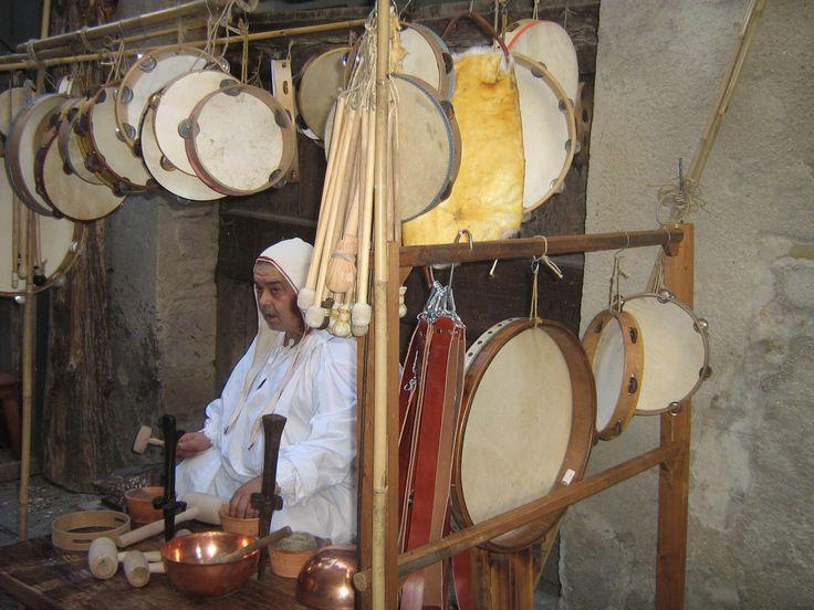 Un costruttore di percussioni antiche sul mercato della Gaita San Giorgio