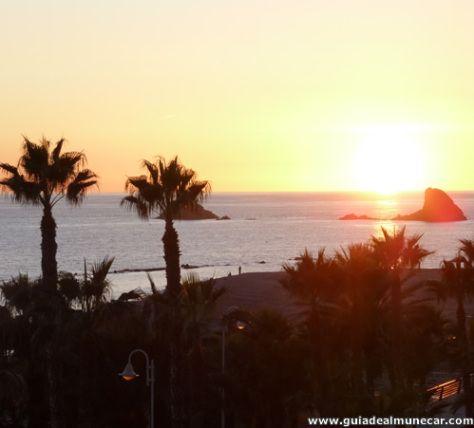 Atardecer de invierno el sol cae tras los peñones de San Cristóbal, Almuñécar, Costa Tropical de Granada, Andalucía.