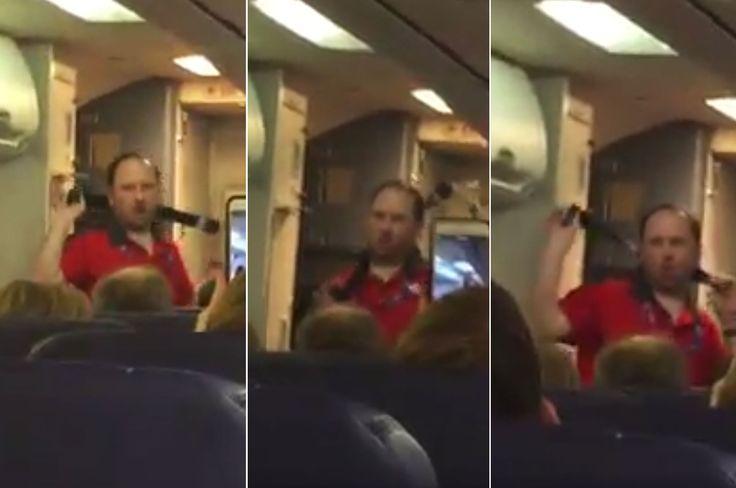 """Er räkelt sich erotisch an dem Sicherheitsgurt, leckt sich lasziv über die Lippen und präsentiert die Schwimmweste wie auf einem Catwalk: Ein Flugbegleiter der amerikanischen Airline """"Southwest"""" liefert den Fluggästen eine wirklich sexy Sicherheitsvorführung."""