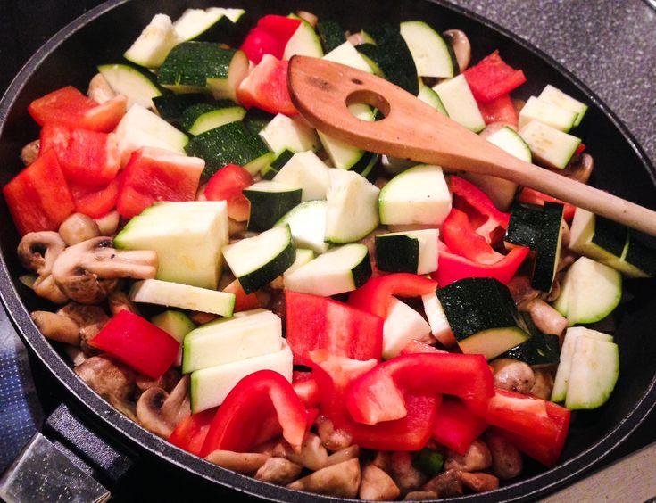 Vegane Pilzpfanne kaloreienarm mit Zucchini, Paprika und Zwiebeln. Veganes und kalorienarmes Abendessen? Diät geeignet, zum Abnehmen, zuckerfrei