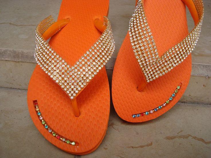 O verão esta chegando e você já pode escolher os modelos de Chinelos decorados. Vários modelos com pedrarias. Aproveite e faça seu chinelo personalizado.