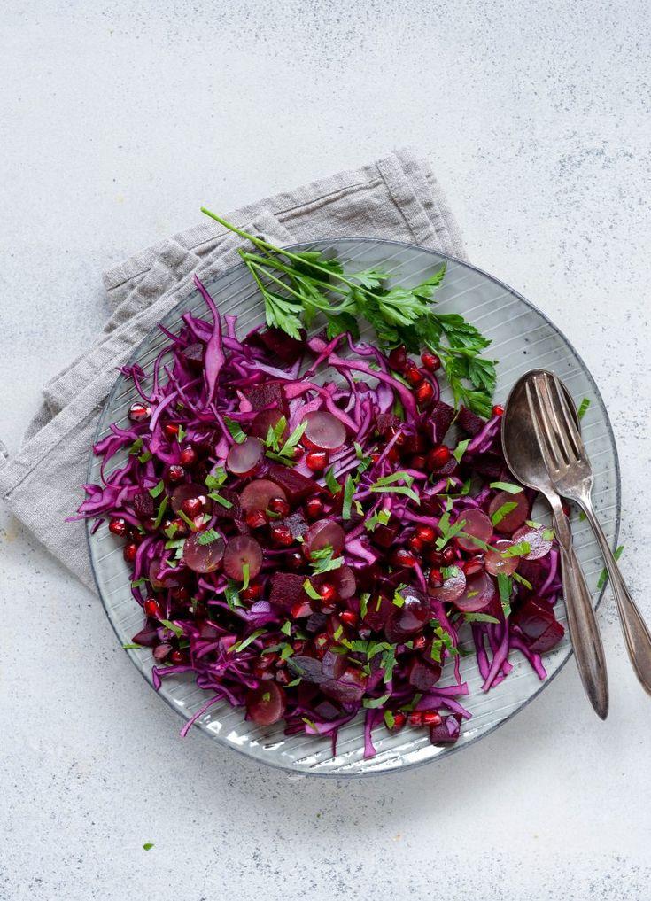 Knasende sprød og smuk tone i tone salat, der både vil gøre sig godt til hverdag og på julebordet, hvor den måske ville kunne være i skarp konkurrence med den…