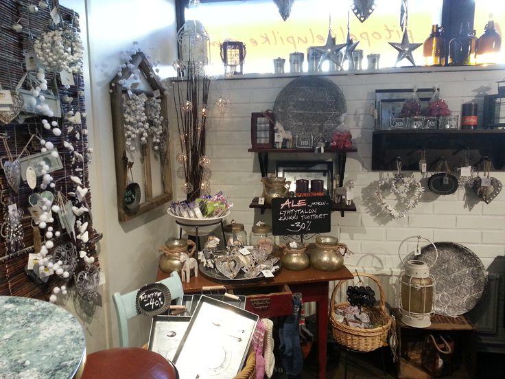 Pilke myy kauniita käsitöitä ihanien ruokien ja leivonnaisten lisäksi.