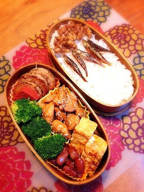 鶏ささみの照焼き、長芋のソテー、赤こんにゃくの煮物、ワカサギの佃煮(市販)、くるみ味噌、卵焼き♪ 今日はごはんの上のワカサギで遊んでみました~ イメージは、ワカサギがエサに群がってる様子~ - 21件のもぐもぐ - 鶏ささみ照焼き弁当♪ by mokira