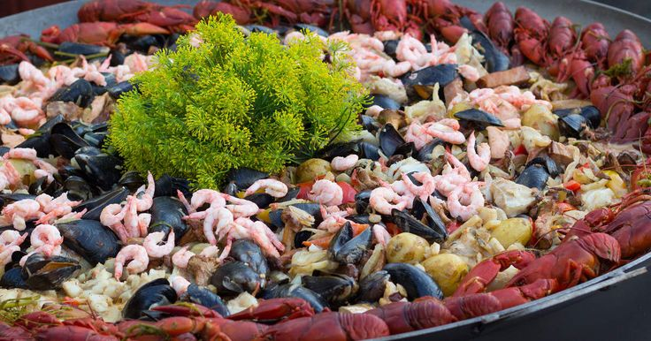 Fiskgryta med hemkokt musselfond, kräftor, räkor, kantareller, fläsk, torsk och lax. Toppas med en riktigt god dillpesto.