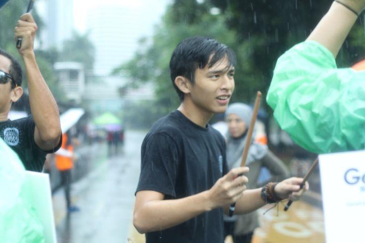 """GenFM dan Yayasan Kanker Indonesia, mengundang group musik perkusi barang bekas Batutara Percussion untuk acara """"Generasi Suara"""" sebuah acara yang di adakan di Car Free Day Jakarta di d…"""