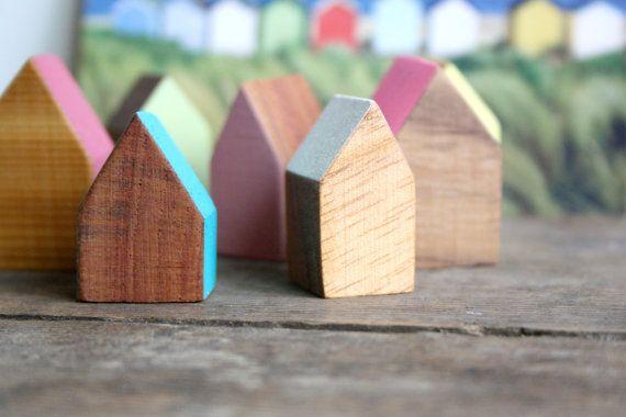 miniature hand painted wood house // zoals gezien op #etsy En dan een stuk of wat, voor in mijn vensterbank. Cm. of 10 hoog, verschillende soorten hout, verschillende kleuren. Lijkt me helemaal leuk.