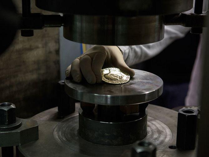 Medaile vyrobená pro předávání Nobelovy ceny za mír je poprvé v historii z certifikovaného zlata (fot.Erik Five Gunnerud, zdroj http://bit.ly/1ILqpLx) #nobelprice #gold #zlato #narodnipokladnice