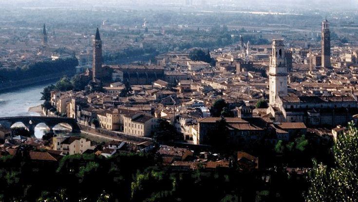 Veronas gamleby er omslynget av elven Adige og har beholdt sin romerske byplan. Kilde: Wikipedia