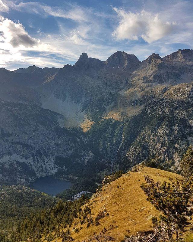Gudmorniiiiinnnn!!! Madre mia que sueño, puuuf!!!!! Nivel Bella Durmiente con anestesia... Argualas, Garmo e Infiernos, los tresmiles de Panticosa, desde la subida a Brazatos. Que tengais buen miercoles!!!  #balneariodepanticosa  #panticosa #sabiñanigo #huesca #zaragoza #aragon #otoño #autumn #nature #landscape #valledetena #igershuesca #igersspain #igersaragon #somosinstagramers #pyrenees #pirineos #hiking #skyrunning #running #trail #aputotope #montaña