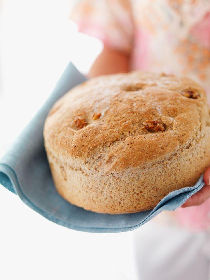 Nøttebrød er et sunt og grovt brød med havregryn, hvetekli og grovbakstmel, valnøtter eller hasselnøtter som passer til ostefat, middag elle i matpakken.