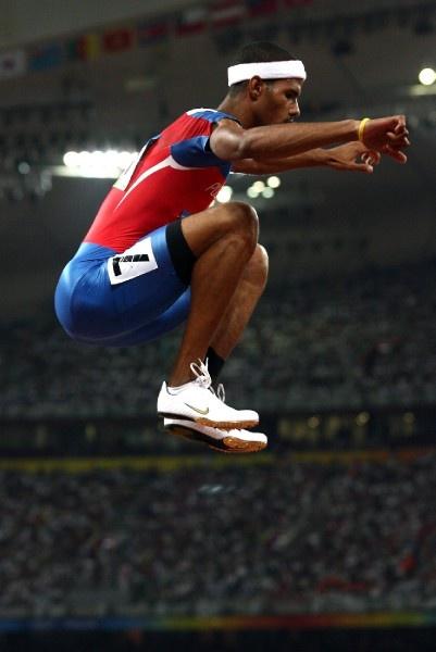 10.En agosto de 2008, durante su participación en las Olimpiadas celebradas en China, Culson corrió en el heat 3 de los 400 metros con vallas, completó la prueba con tiempo de 49.60. (El Nuevo Día/Ramón 'Tonita' Zayas)