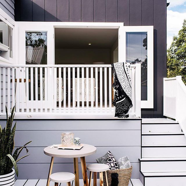 This is the kind of space you could spend a lazy Sunday brunch in. @threebirdsrenovations have used Scyon Axon (black) and Stria (grey) to create a fresh, elegant look. #australianarchitecture #architecture #exterior #exteriordesign #scyonwalls