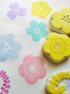 MONYOU   hand carved rubber stamp  flower  crest  by talktothesun by trina 消しゴムハンコ