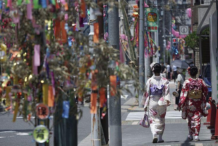 Tokyo, Giappone  Due donne che indosanno kimono in una strada addobbata per la festa tradizionale di Tanabata: secondo una leggenda le divinità Orihime e Hikoboshi, che rappresentano le stelle Vega e Altair, vennero separate dalla Via Lattea e possono incontrarsi solo in questo periodo dell'anno (AP Photo/Eugene Hoshiko)  - Il Post
