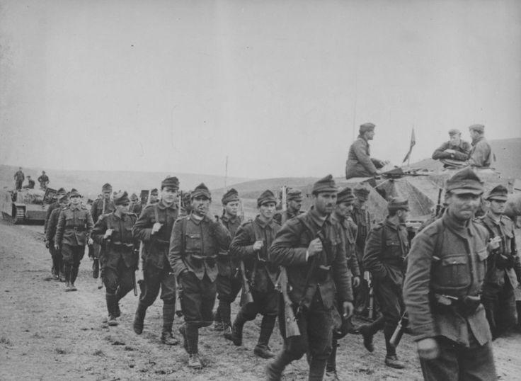 Rumänische Infanterie passiert ein deutsches Sturmgeschütz StuG III.