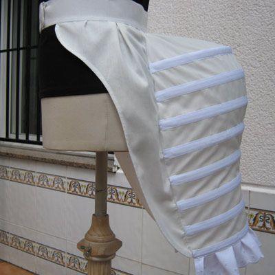 Polisón de los 1880s hecho en tela de algodón. Perfecto para llevar bajo un traje de la época y dar el volumen adecuado.
