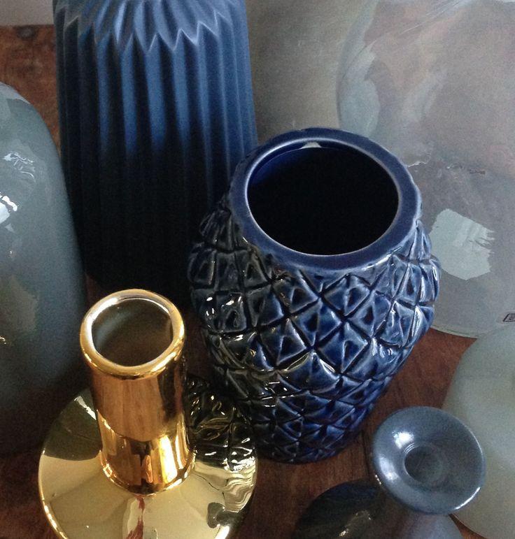 Fraaie blauwe en gouden vazen van het Deense merk Bloomingville. Te bestellen via http://www.bricliving.nl
