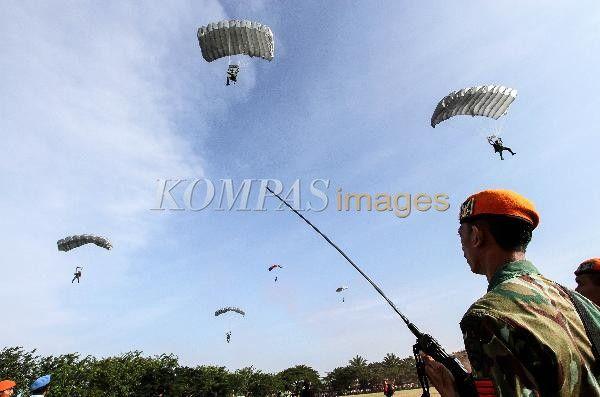 Paskhas TNI AU melakukan terjun payung free fall (terjun bebas) di Lapangan Blangpadang, Banda Aceh, Selasa (11/2/2014). Latihan penyegaran tersebut melibatkan sebanyak 300 prajurit Paskhas TNI AU yang terbagi dalam dua penerjunan, yakni terjun payung statik dan terjun free fall.