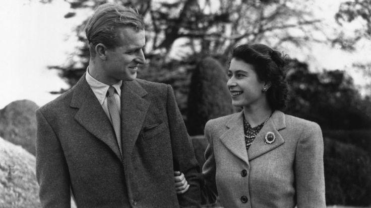 November 1947: Prinzessin Elizabeth und ihr Ehemann Prinz Philip, Duke of Edinburgh, auf einem romantischen Spaziergang während ihrer Hochzeitsreise bei Romsey in Hampshire