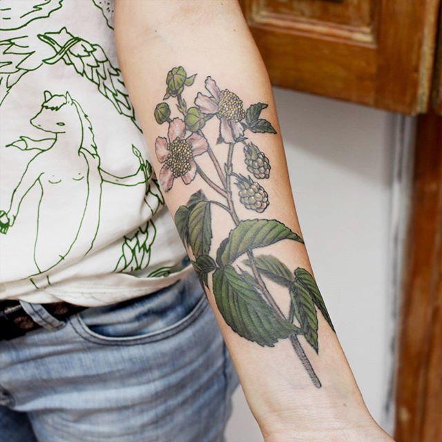 #zarzamora para @yscoppa ❤   Gracias por confiar en mi para tu primer tatuaje 😍🙌🌈🌿💙 ULTIMA SEMANA EN VIEDMA! Solo me quedan pocos turnos. Consultas por privado. 😊   #flowertattoo #viedma #equilattera #tattooargentina #TAOT #belpainefilu #botanical #botanicaltattoos #tattoodesign #