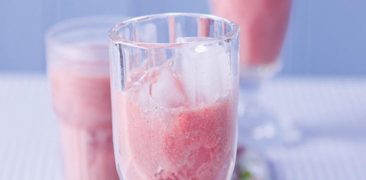 První čtyři ingredience rozmixujte tyčovým mixérem, doplňte kostkami ledu a podávejte.
