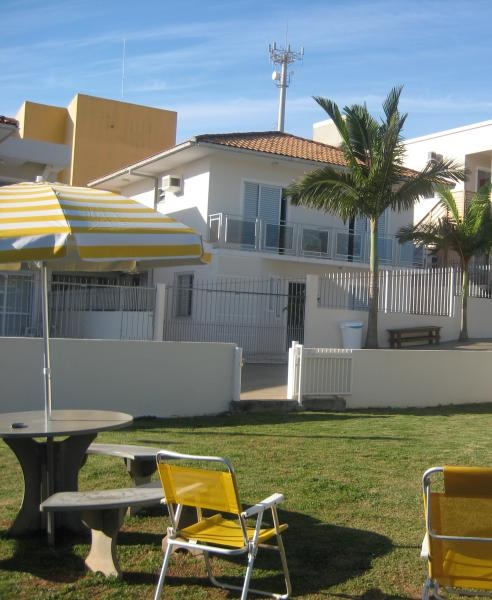 Florianópolis-SC: Casa para aluguel de temporada, próxima à praia de Iglesias, restaurantes, lojas e do Water Park. Possui quatro quartos e quatros banheiros, acomoda 10 pessoas. É permitida a entrada de animais de estimação.