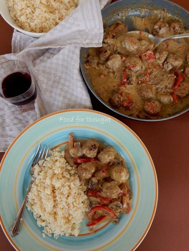 Κεφτεδάκια με σάλτσα τυριών και λαχανικά http://laxtaristessyntages.blogspot.gr/2014/10/keftedakia-me-saltsa-tyrion-kai-laxanika.html