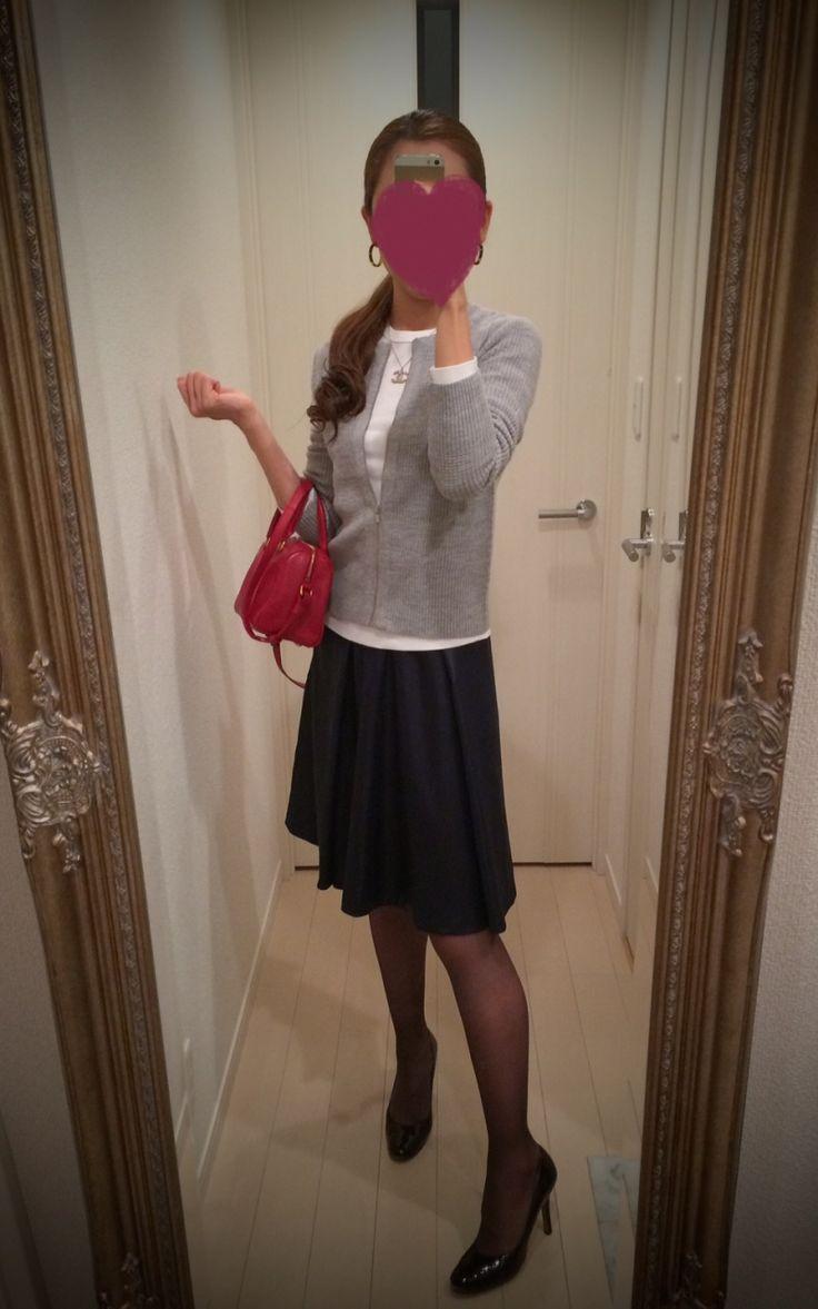 Gray sweater + black gathered skirt + red bag - http://ameblo.jp/nyprtkifml