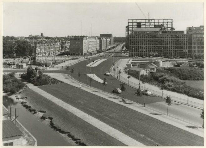 1959, begin van de Segbroeklaan met de Houtrustbrug daarachter. e6747f5e-1306-4e8c-8daf-9426624fe683.jpg