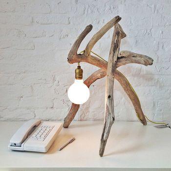 個性的な形状の流木を探して組み合わせ、アンティークな雰囲気の電球を垂らしただけ。とってもおしゃれなスタンドライトです。