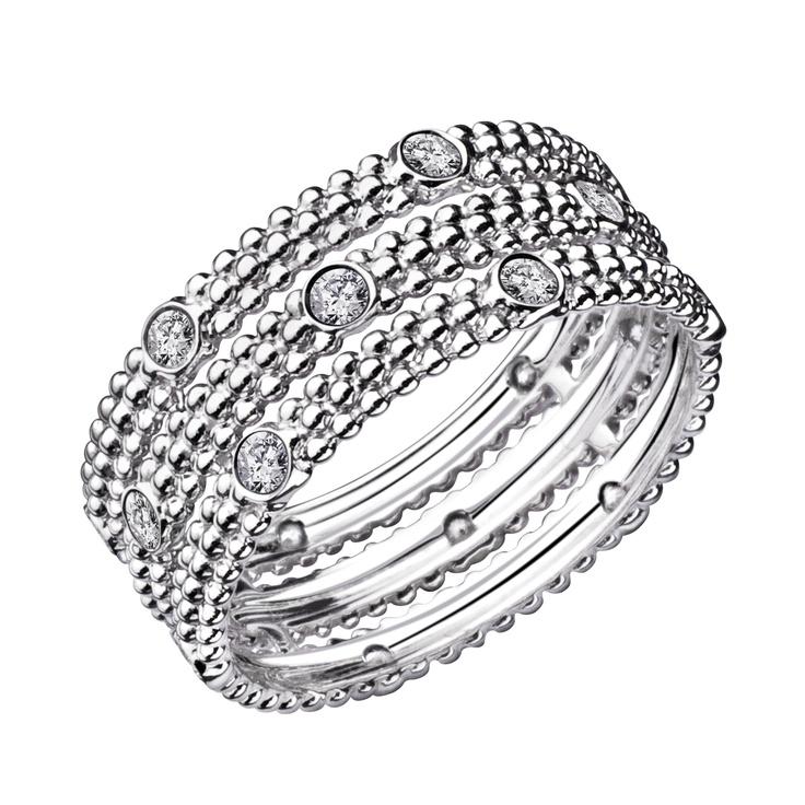 Mauboussin Bague Le Premier Jour Bague trois rangs en or blanc 18 carats et diamants. Cette bague de 3,7 grammes et 7,5mm de diamètre est munie d'un pavage aléatoire de diamants de 0.30ct.