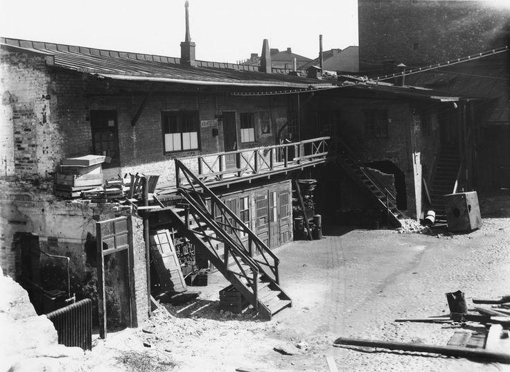Heikinkatu 13 (= Mannerheimintie 9 ), pihan puolelta   Brander Signe HKM 1930—1939   Helsingin kaupunginmuseo   negatiivi ja vedos, lasi paperi, mv